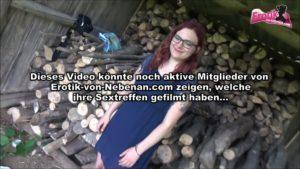 Rothaarige Pussy-Doll mit Brille im Wald gefickt