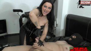 XXL Dilator + Finger im Schwanz bei Lady-Latoria