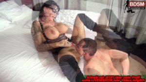 Domina Sari-Sander lässt sich zu Orgasmus lecken