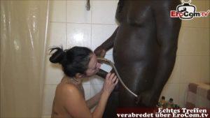 Hausfrau bläst schwarzen Schwanz beim Duschen
