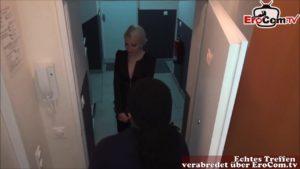 Schüchternes dünnes blondes Mädchen bei Gangbang