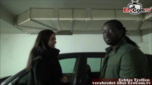 Teen Lulu Gun fickt bei Autopanne in Tiefgarage