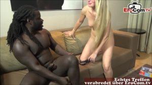 Schlanke blonde Amateurin KacyKisha im Wohnzimmer