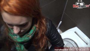 Blowjob auf Toilette von rothaarigem Teenie