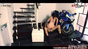 Mechaniker zum Sex verführt von notgeiler Kundin