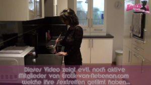 Hausfrau beim Kochen zum Sex verführt mit fingern