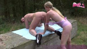 Nudisten ficken im Freien mit Claudia-Bitch