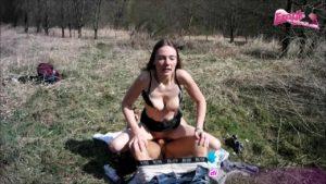 Junge Schülerin KarinaHH macht Dreier im Wald
