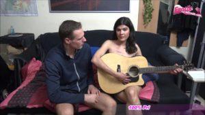 Gitarren Lehrer fickt Schülerin Kelly Japon