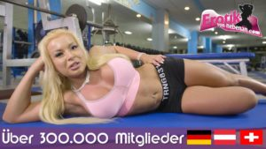 Tätowierte deutsche Milf Sari-Sander rasiert