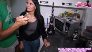 Shisha Mundstück in die Fotze der geilen Freundin