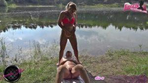 Blondine pisst in Mund von dicker Hausfrau am See