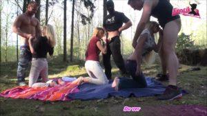 Deutsche Gruppensex Party im Wald mit Dirty-Tina